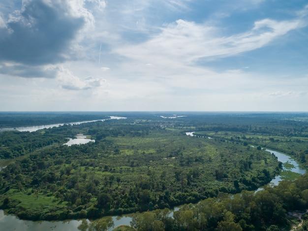 Paysage aérien de forêt et rivière courbe sur les hauteurs de ciel bleu en été.