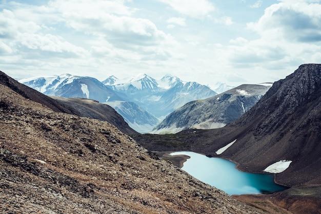 Paysage alpin atmosphérique au magnifique lac glaciaire dans la vallée des hautes terres parmi les rocheuses.