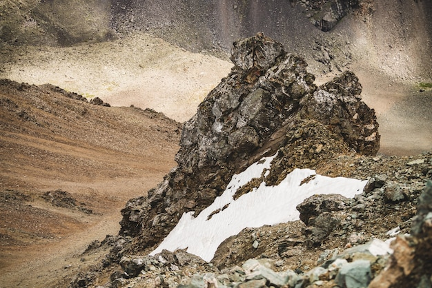 Paysage alpin atmosphérique avec sapin ou neige près de falaise pierreuse gros plan sur fond de mur de montagne sur combe rocky hill
