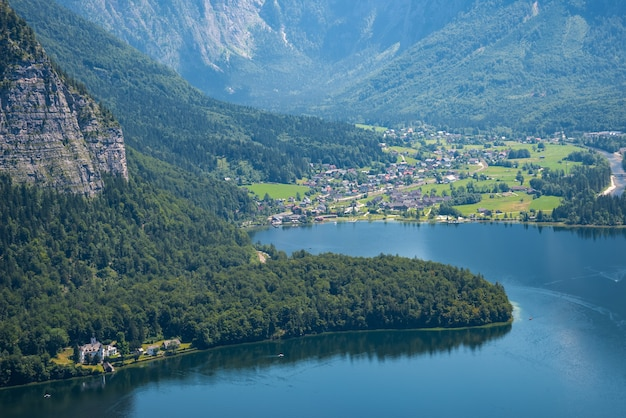 Paysage alpin et lac de hallstatt dans les alpes autrichiennes, salzkammergut, autriche