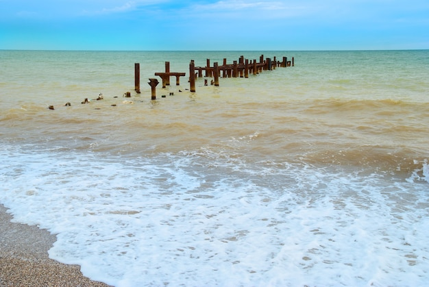 Paysage avec amarrage cassé et mer orageuse