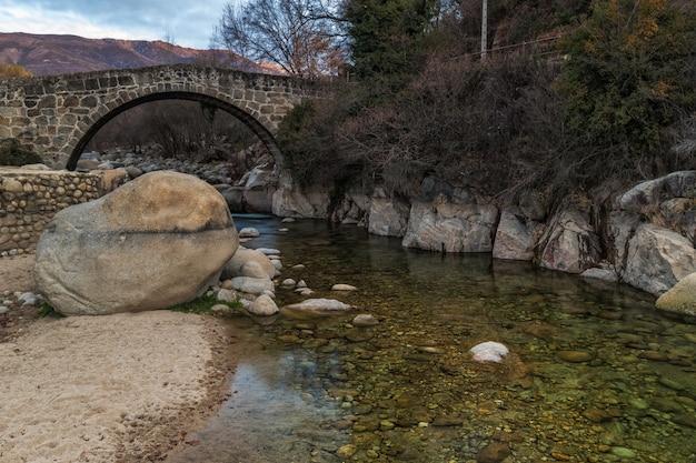 Paysage avec ancien pont romain à jarandilla de la vera. estrémadure. espagne.