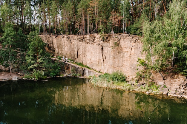 Paysage d'une ancienne carrière de granit industriel inondée remplie d'eau