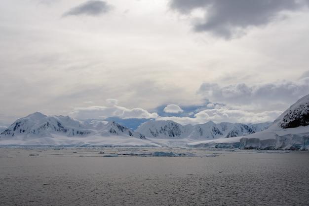Paysage antarctique avec glacier et montagnes