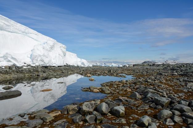 Paysage antarctique avec glacier et réflexion