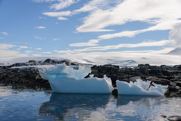 Paysage antarctique avec iceberg