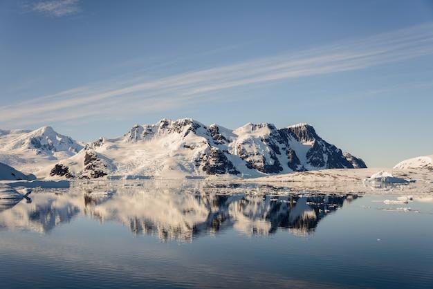 Paysage antarctique avec montagnes et réflexion