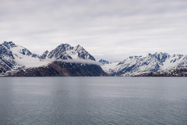 Paysage arctique avec un bel éclairage à svalbard