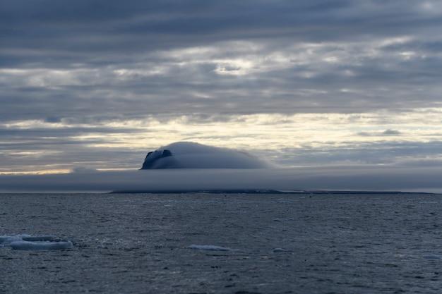 Paysage arctique en été. l'archipel de la terre franz jozef. cap flora, île de gukera.