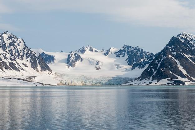 Paysage arctique avec montagne et glacier au svalbard en été