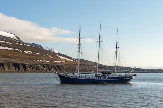 Paysage arctique à svalbard avec trois mâts voilier