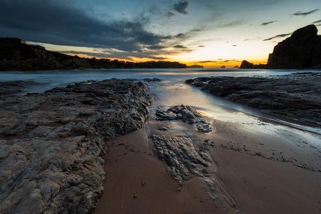 Paysage au crépuscule sur la plage de portio. liencres. cantabrie. espagne.