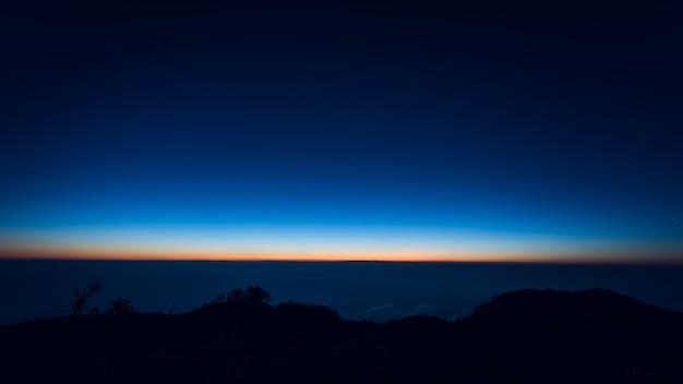 Paysage au lever du soleil sur la montagne