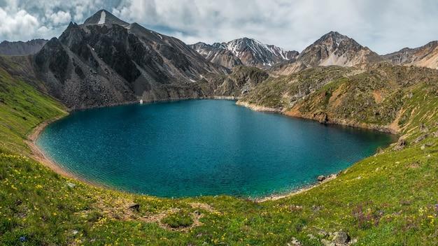 Paysage d'automne coloré avec lac de montagne clair au soleil. paysages lumineux avec un magnifique lac turquoise. lac bleu clair de haute altitude dans les montagnes. crête de kurai.