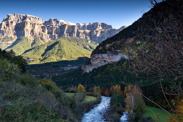 Paysage d'automne dans le parc national d'ordesa, pyrénées, huesca, aragon, espagne