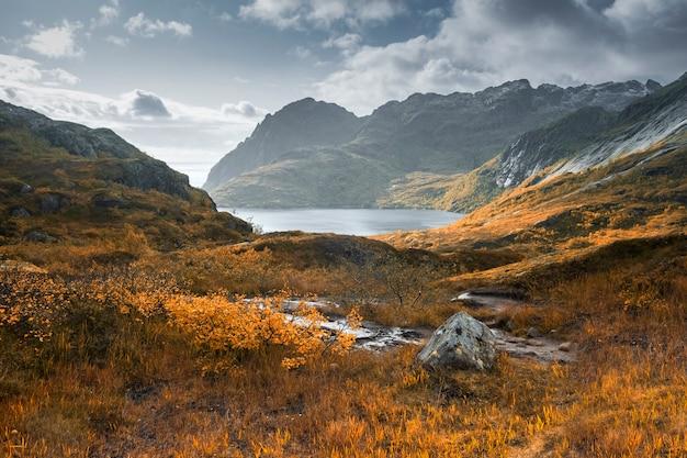 Paysage d'automne de montagne avec un lac, îles lofoten norvège
