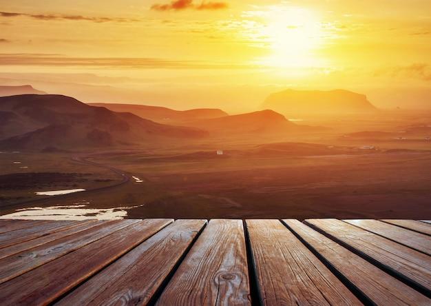 Paysage d'automne de montagne avec route au coucher du soleil