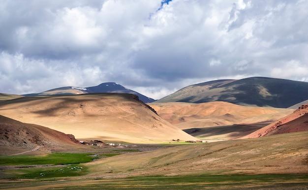 Paysage d'automne, montagnes de l'altaï et vallée en mongolie occidentale, asie
