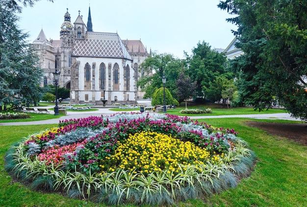 Paysage d'automne nuageux de la ville de kosice (slovaquie) avec des fleurs devant et la cathédrale sainte-élisabeth (construite entre 1378 et 1508) derrière.