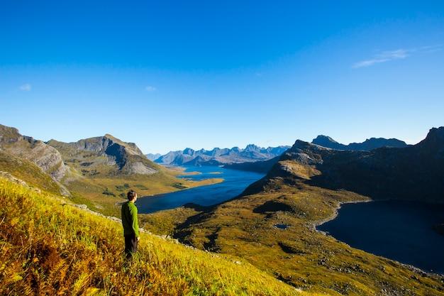 Paysage d'automne et plage dans les îles lofoten, norvège du nord