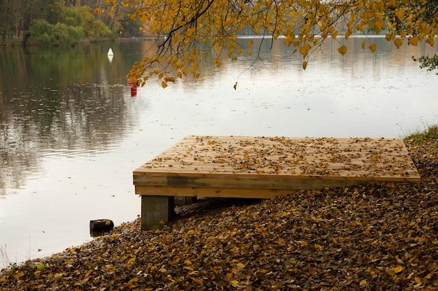 Paysage d'automne avec rivière avec un gazebo et un podium