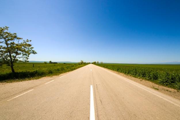 Paysage d'autoroute, d'autoroute et de route. nature et urbain ensemble à kakheti, géorgie