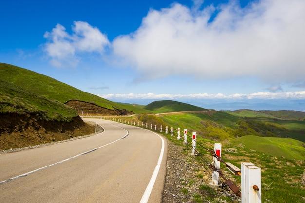 Paysage d'autoroute, d'autoroute et de route. nature et ville ensemble à didgori, géorgie