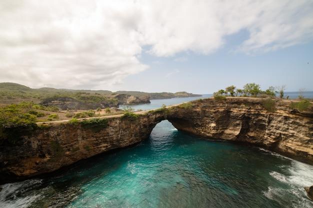 Paysage de bali de l'île de nusa penida, cet endroit est appelé broken beach
