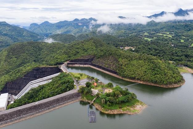Paysage de barrage dans la forêt tropicale avec centrale hydroélectrique dans le parc national