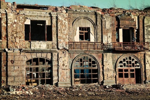Paysage de bâtiments en ruine au coucher du soleil, image de décrépitude ou de catastrophe naturelle.