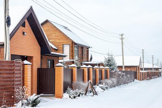 Paysage d'un beau petit village de maisons en briques