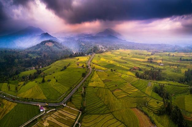 Paysage de beauté d'indonésie avec la chaîne de montagnes