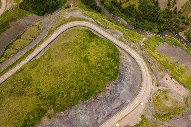Paysage avec belle route de montagne avec un asphalte parfait