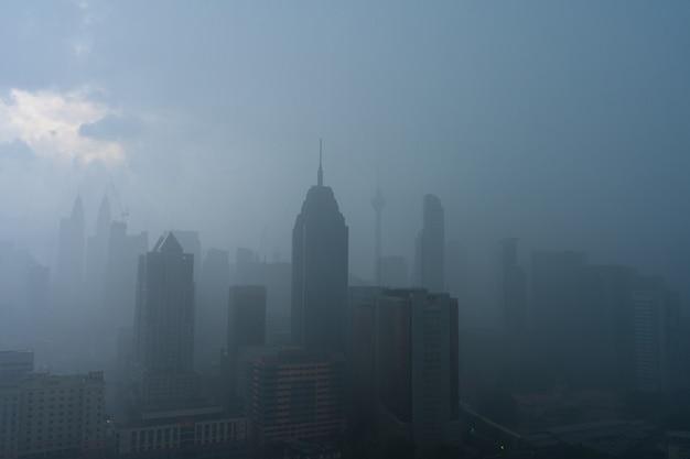 Paysage de brouillard épais du centre-ville de kuala lumpur