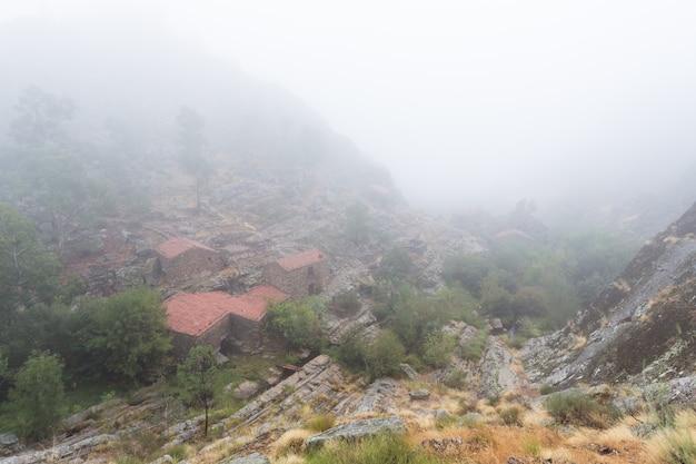Paysage avec brouillard à penha garcia. le portugal