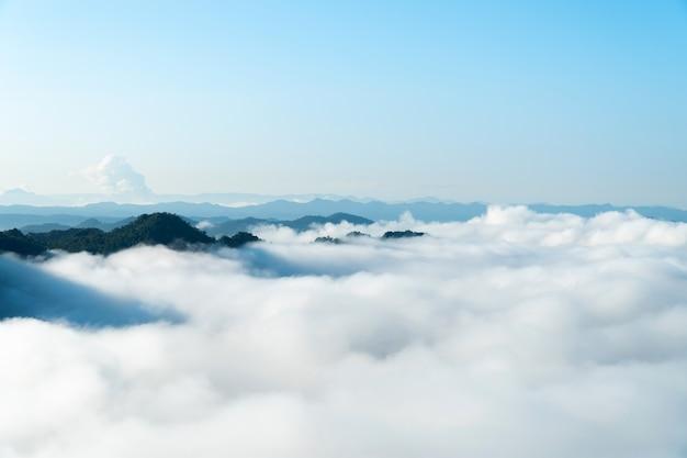 Paysage de brume matinale avec couche de montagne au nord de la thaïlande