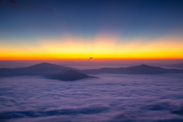 Paysage avec la brume à la montagne de pha tung au lever du soleil, province de chiang rai, thaïlande