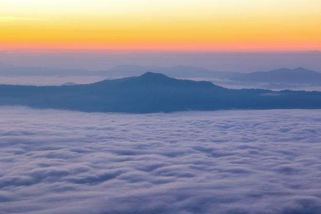 Paysage avec la brume à la montagne de pha tung