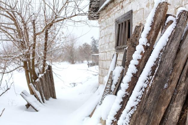 Paysage de campagne d'hiver, bâtiment en ruine abandonné délabré recouvert de neige.