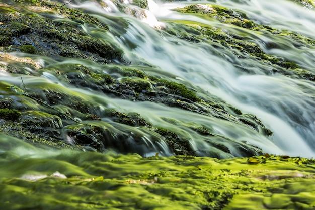 Paysage de cascade dans les montagnes, vitesses d'obturation lentes.