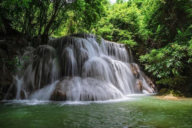 Paysage de la cascade huai mae khamin parc national de srinakarin à kanchanaburi en thaïlande. cascade huai mae khamin troisième étage