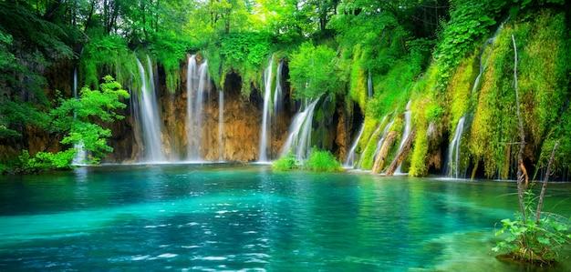 Paysage de cascade des lacs de plitvice en croatie.