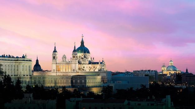 Paysage de la cathédrale et du palais royal de santa maria la real de la almudena.
