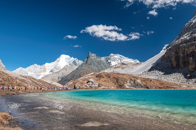 Paysage de la chaîne de montagnes calcaires avec de l'eau émeraude au lac milk, réserve naturelle de yading