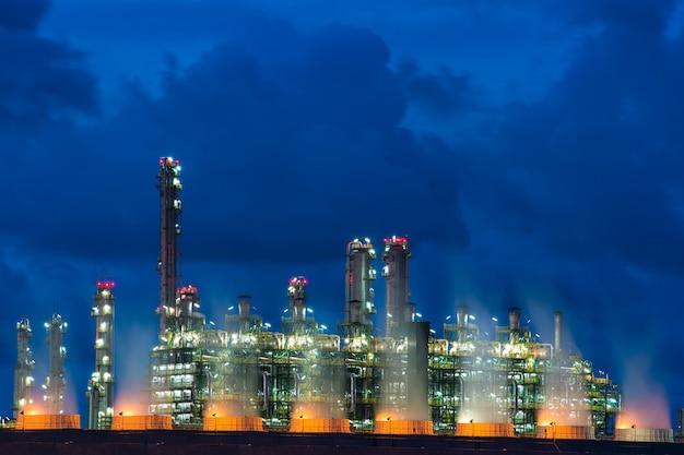 Paysage chaudière dans la centrale de flux de nuit. centrale électrique.