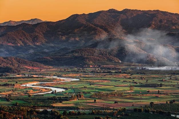 Paysage à chiang mai au nord de la thaïlande avec la rivière kok et fond de montagne