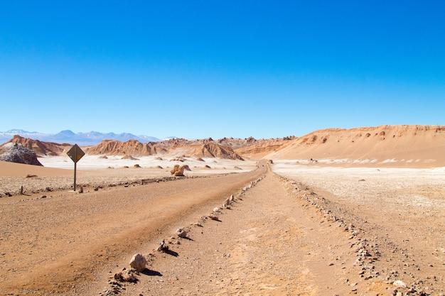 Paysage chilien, chemin de terre sur la vallée de la lune. panorama du chili