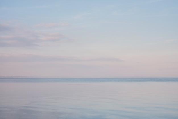 Paysage de ciel bleu sans nuages s'étendant sur la mer en fin d'hiver
