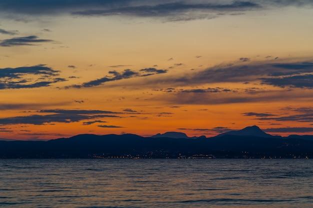 Paysage de ciel magnifique au crépuscule