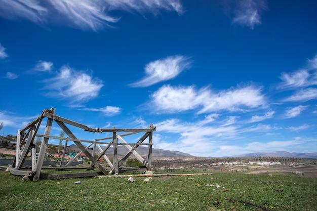 Paysage avec ciel nuageux